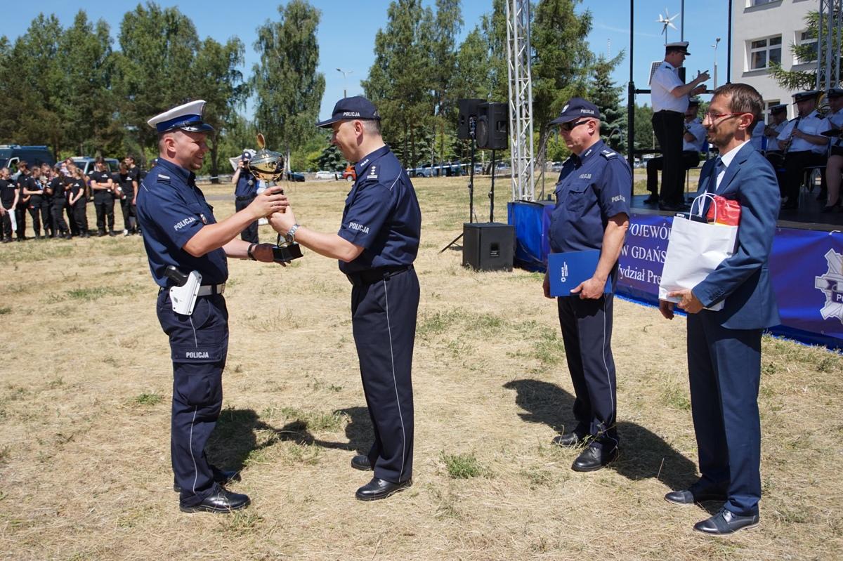 Wręczenie nagrody zwycięzcy pomorskich finałów konkursu Policjant Ruchu Drogowego