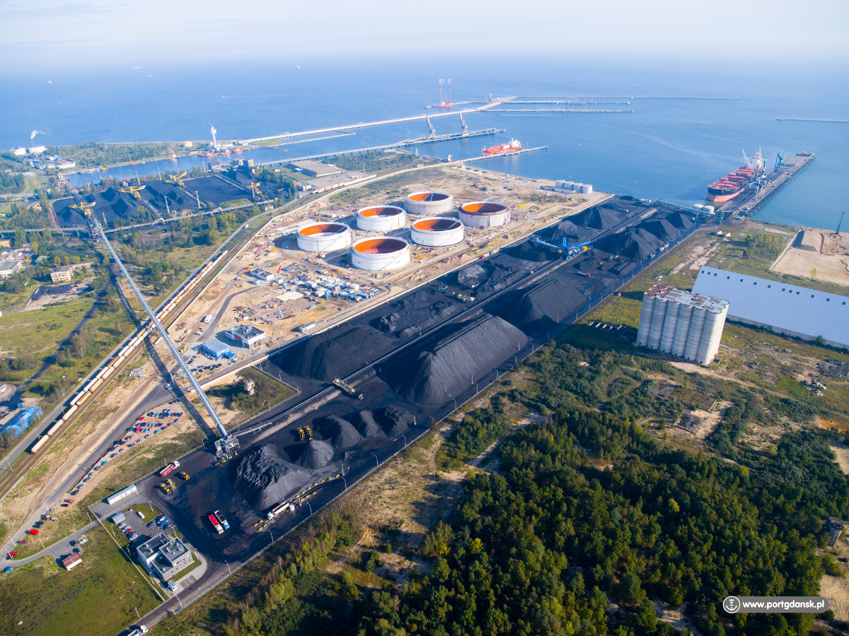 Światowy Dzień Morza w liczbach. W branży morskiej pracuje 60 tys. osób, a najdłuższe nabrzeże ma port w Gdańsku. Co jeszcze?