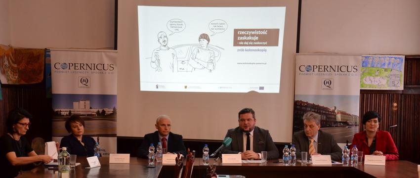 Uczestnicy konferencji dotyczącej kampanii profilaktycznej nt. raka jelita grubego