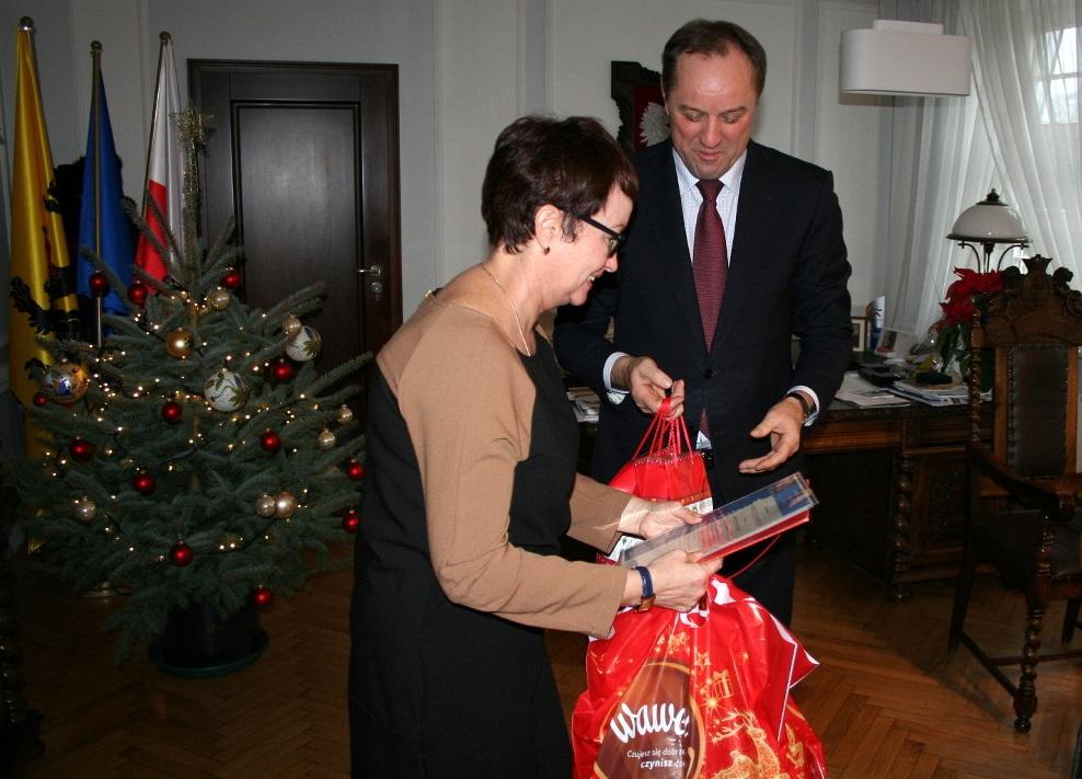 120 paczek z polskimi słodyczami pojedzie do obwodu kaliningradzkiego. Marszałek przekazał świąteczne upominki dla polonijnych dzieci