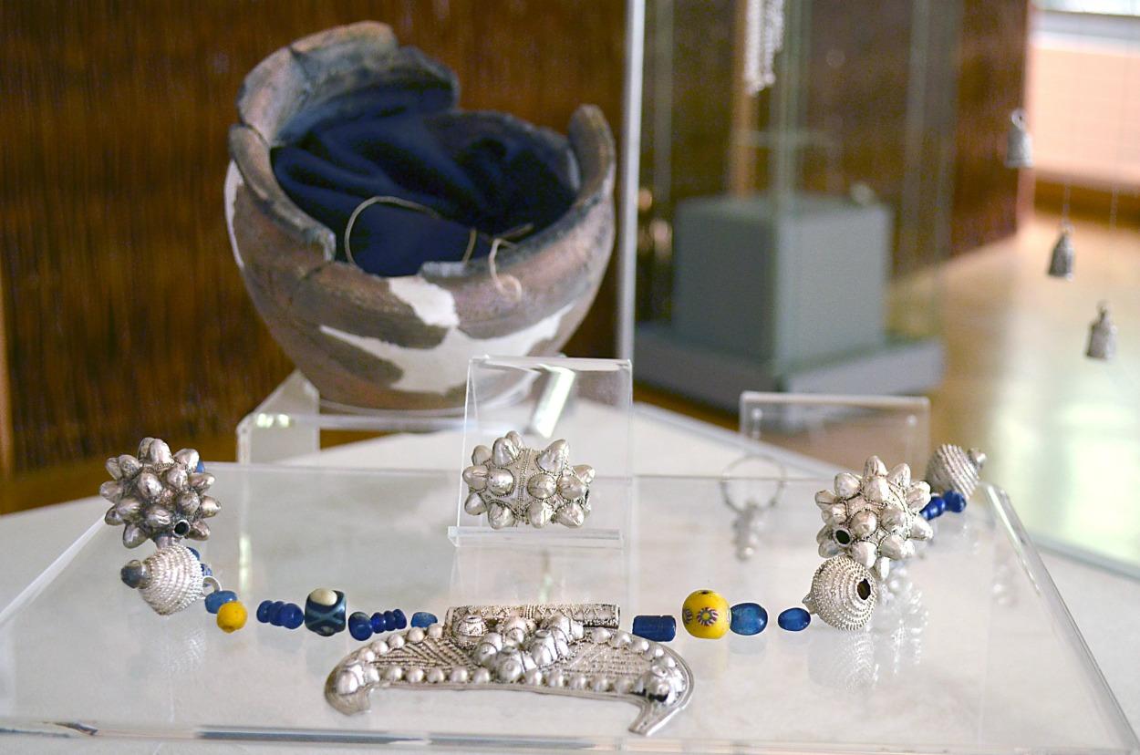 Srebrne lunule, zausznice i kabłączki. Wyjątkowa biżuteria, która powstała prawie tysiąc lat temu