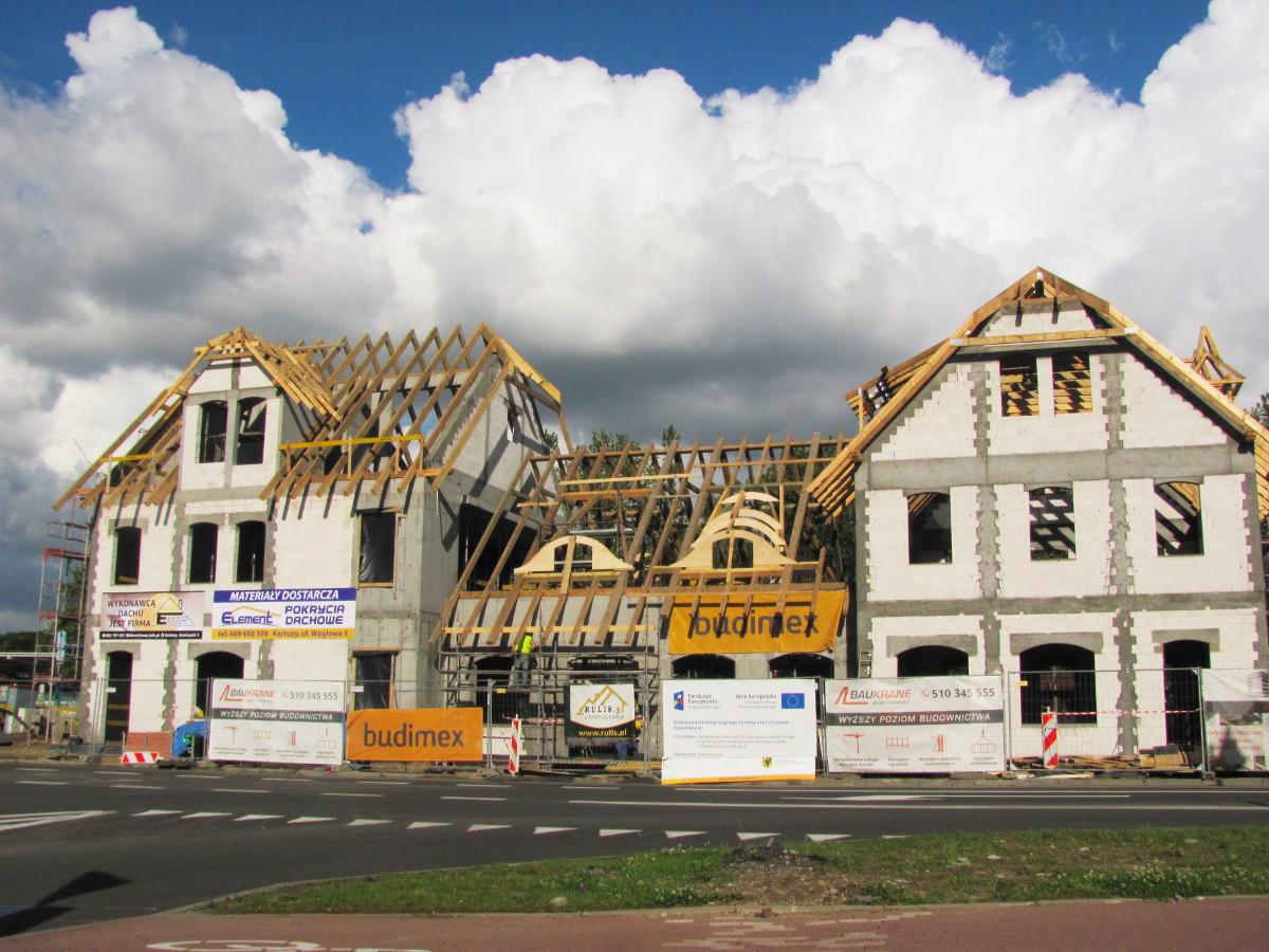 Był architektoniczny koszmar, będzie piękny budynek. Wiecha zawisła na kartuskim dworcu
