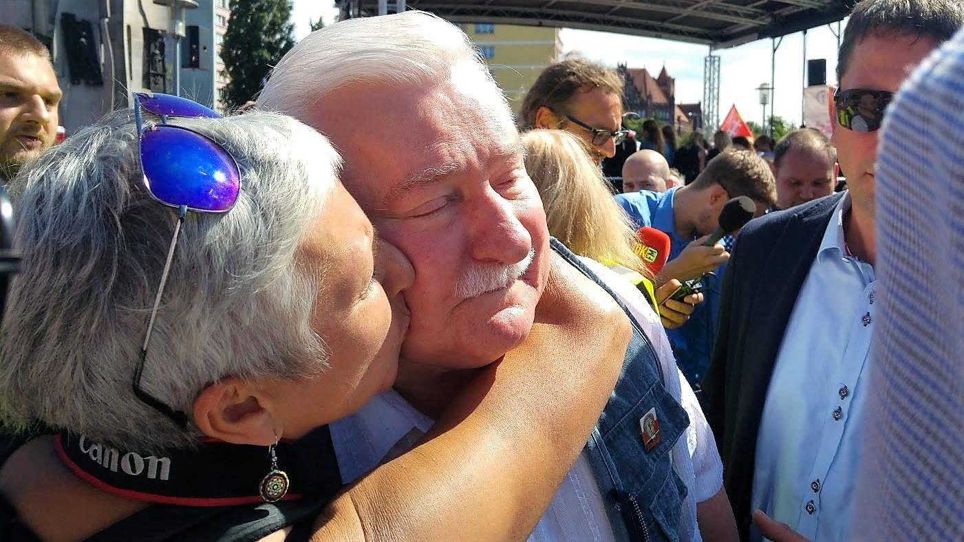 """Lech Wałęsa na demonstracji w Gdańsku. Entuzjazm tłumów przed bramą stoczni: """"Sto lat, sto lat!"""" [WIDEO]"""