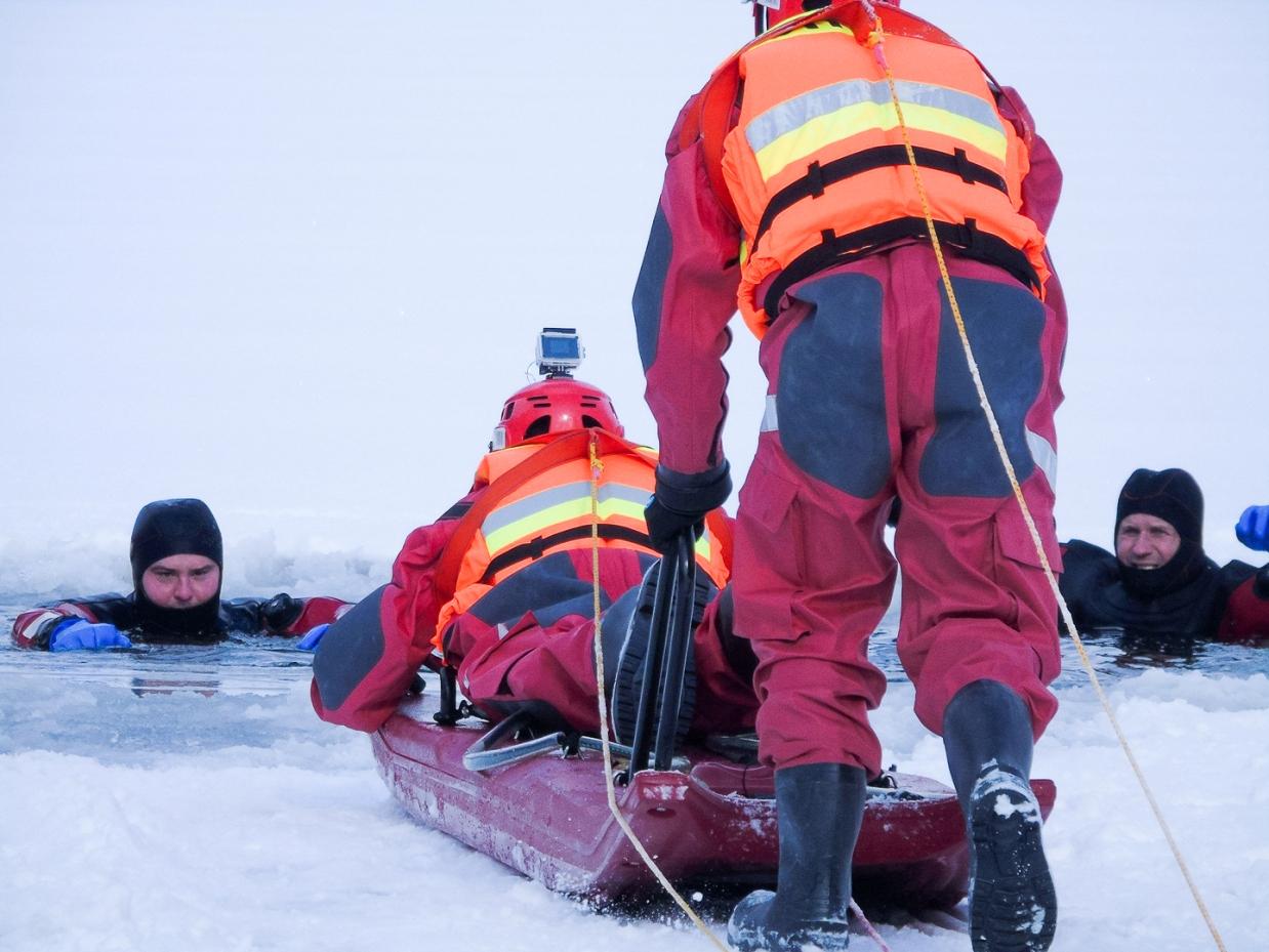 Lodowa pułapka im niestraszna. Strażacy ochotnicy doskonalili swoje umiejętności ratownicze [ZDJĘCIA]