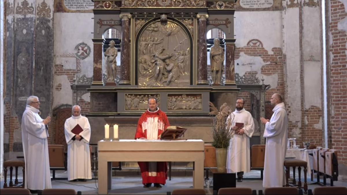 """Transmisje mszy świętych bez udziału wiernych. """"To trudne dla kapłana, kiedy w kościele dudni cisza"""""""