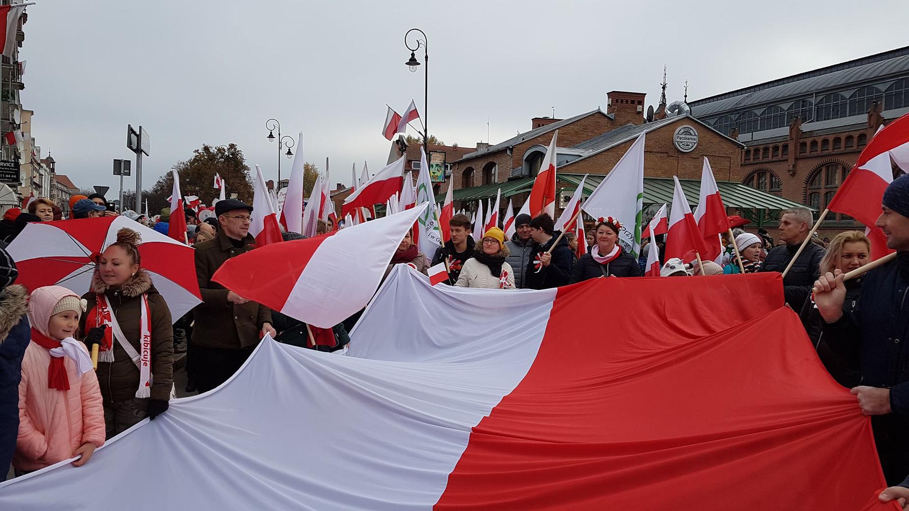 Radosne obchody święta Niepodległości. Parady niepodległości przeszły ulicami pomorskich miast