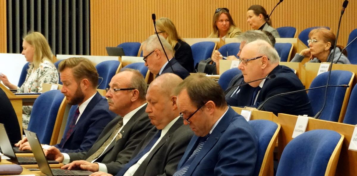 Rezolucja w sprawie zachowania i rozwoju samorządu. Została przyjęta, choć radni PiS głosowali przeciwko