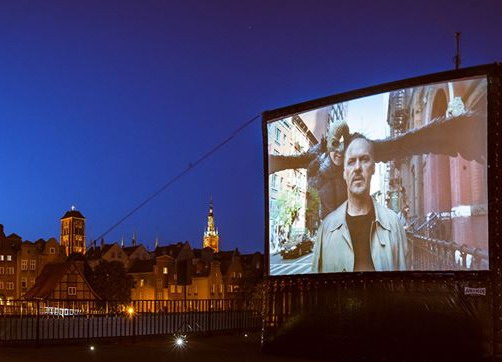 Czy filmy można oglądać tylko w kinie? Niekoniecznie, warto wybrać się na wyjątkowe pokazy na dachu lub dziedzińcu Teatru Szekspirowskiego