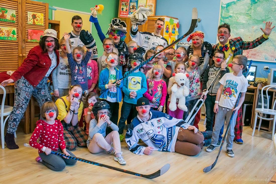 """Hokeiści MH Automatyka Gdańsk wraz z wolontariuszami fundacji """"Dr Clown"""" i małymi pacjentami. Fot. matriały prasowe fundacji """"Dr Clown"""""""