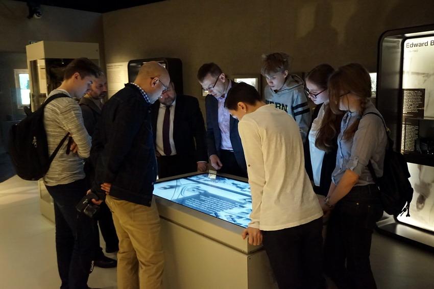 Młodzież odwiedzającą muzeum szczególnie interesują stanowiska multimedialne. Fot. Marcin Szumny