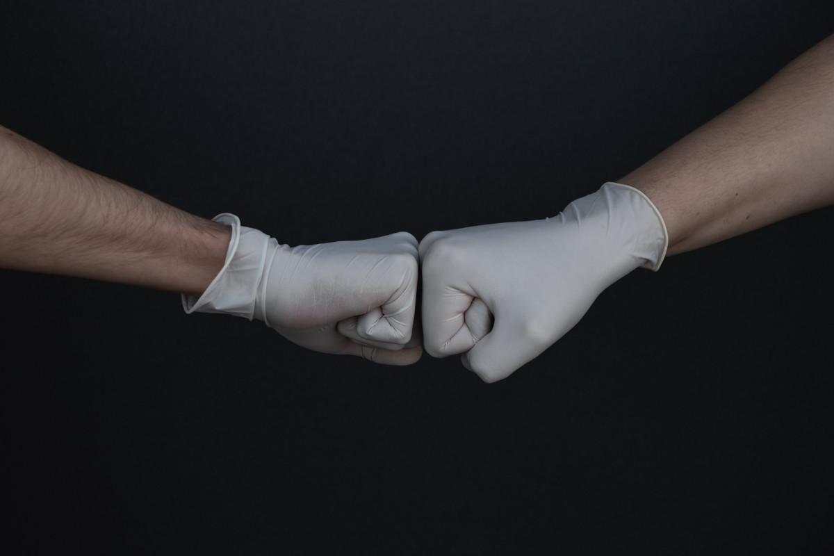 Chodzisz w maseczce i rękawiczkach? Zobacz, jak je zdejmować i zakładać, by faktycznie chroniły przed wirusem