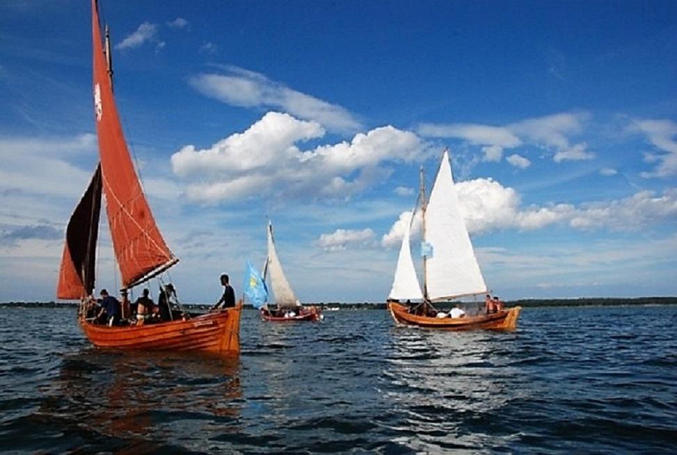 Niespotykany widok na Zatoce Puckiej. Regaty drewnianych łodzi rybackich w Chałupach