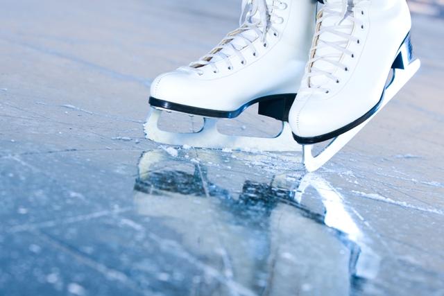 Jeśli nie narty, to może na łyżwy? Nie ryzykuj jazdy po zamarzniętym jeziorze! W ferie pomorskie lodowiska zapraszają nie tylko dzieci