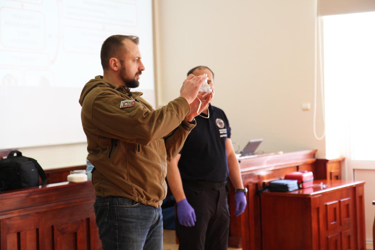 ratownik pokazuje jak wygląda maska do wentylacji płuc