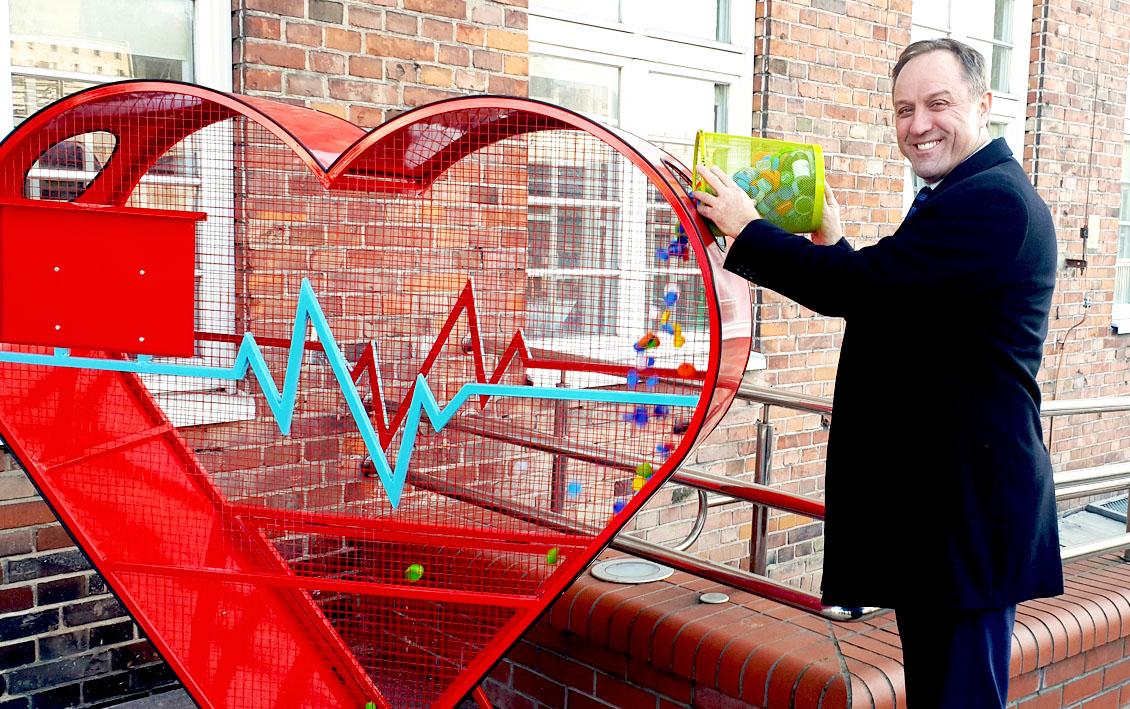 Ogromne serce stanęło przed urzędem marszałkowskim. Wrzuć do niego plastikowe zakrętki i pomóż chorym dzieciom