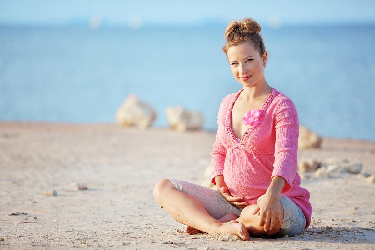 """Katarzyna Pniewska-Undro: """"Kobiety w ciąży mogą bezpiecznie podróżować samolotem na wakacje."""" [PORADNIK DLA PRZYSZŁYCH MAM]"""