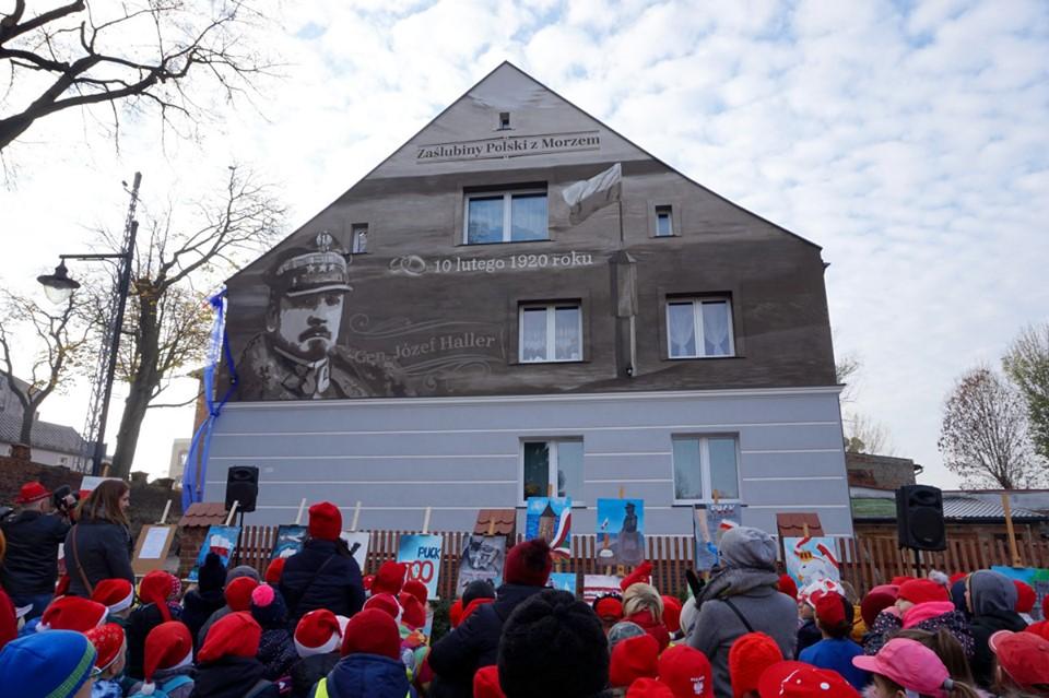 Generał Haller ma swój mural! W Pucku odsłonięto dzieło upamiętniające zaślubiny Polski z morzem
