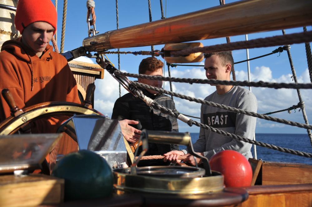 Poznali smak żeglarskiej przygody. W dziewiętnastu rejsach wzięło udział ponad 500 uczniów [POMORZE NA MORZE]