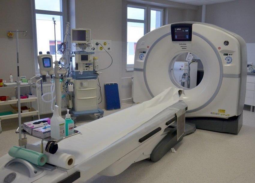 Niższa dawka promieniowania, bardziej czytelny obraz, krótszy czas badania – tak działa najnowszy tomograf w szpitalu na Zaspie. Skorzystają pacjenci i lekarze