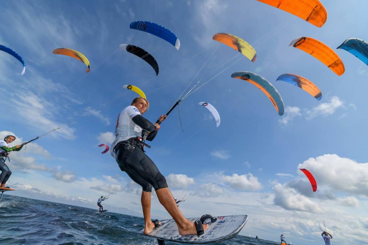 Światowej klasy zawodnicy na wodach Zatoki Puckiej. Mistrzostwa i finał Pucharu Polski w kitesurfingu
