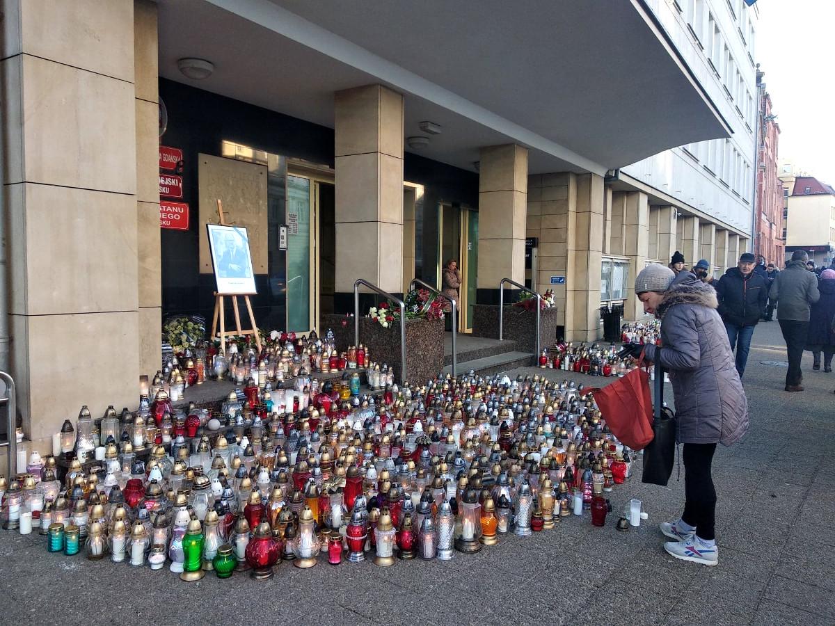 Opuszczone flagi, znicze przed urzędem i odwołane imprezy. Pomorze w żałobie po tragicznej śmierci prezydenta Gdańska