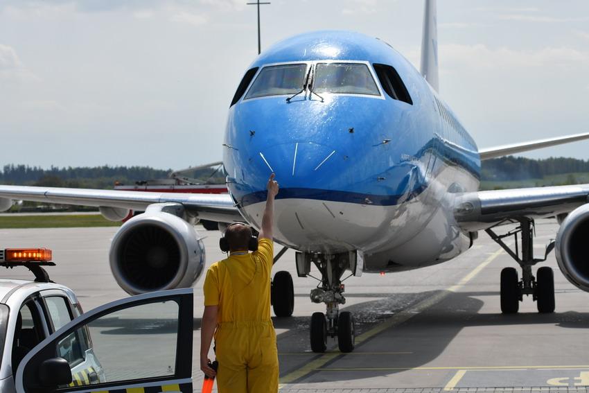 Coraz więcej osób podróżuje samolotem. Wzrost liczby pasażerów na gdańskim lotnisku