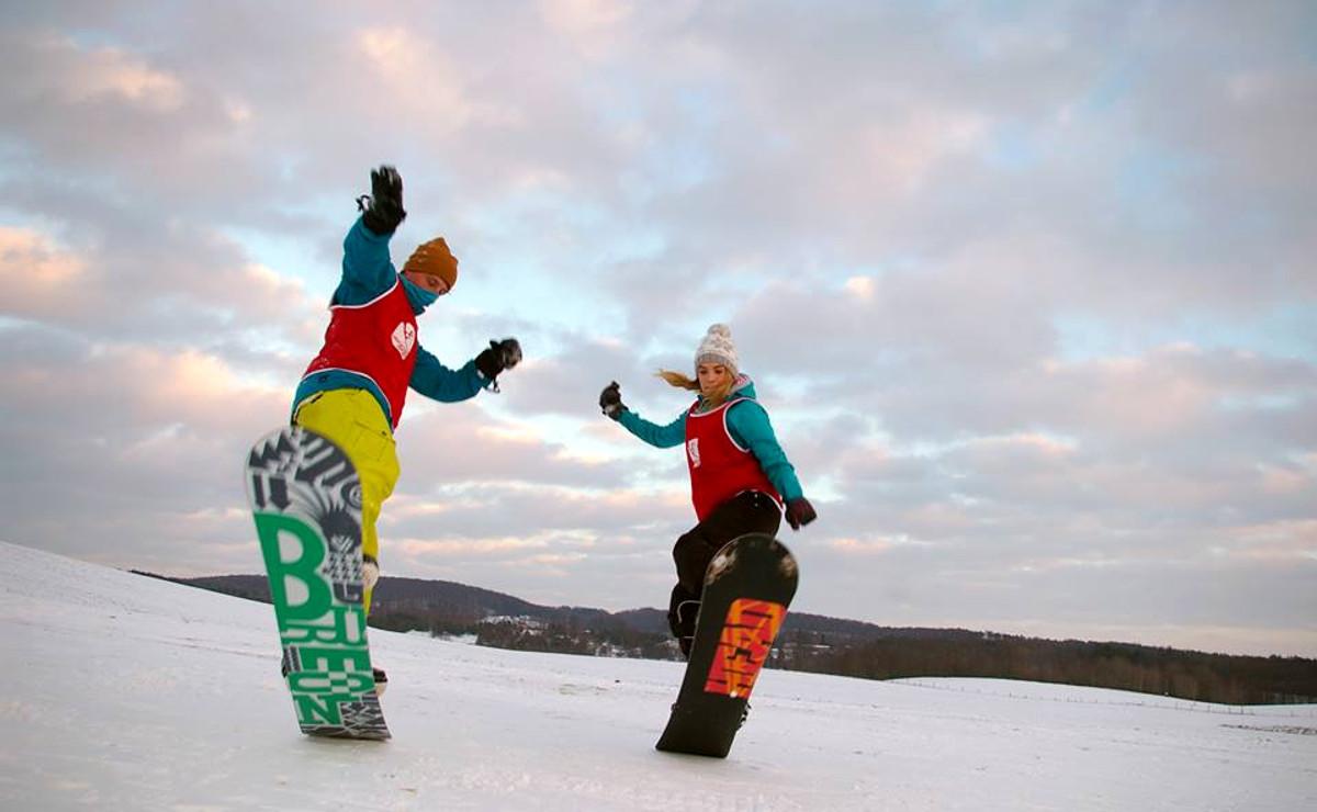 Narty w Kosowie czy Koszałkowie? By uprawiać sporty zimowe, nie trzeba jechać w góry [MIEJSCA I CENY]