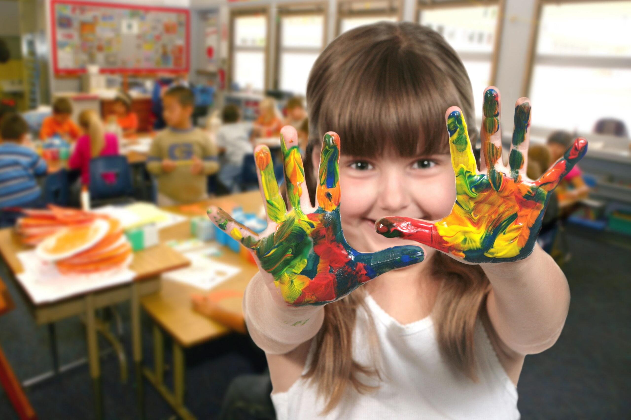 """Kredkami czy farbami, wydzieranki czy wycinanki? Konkurs plastyczny dla dzieci """"Bezpiecznie jak w Szwajcarii"""""""