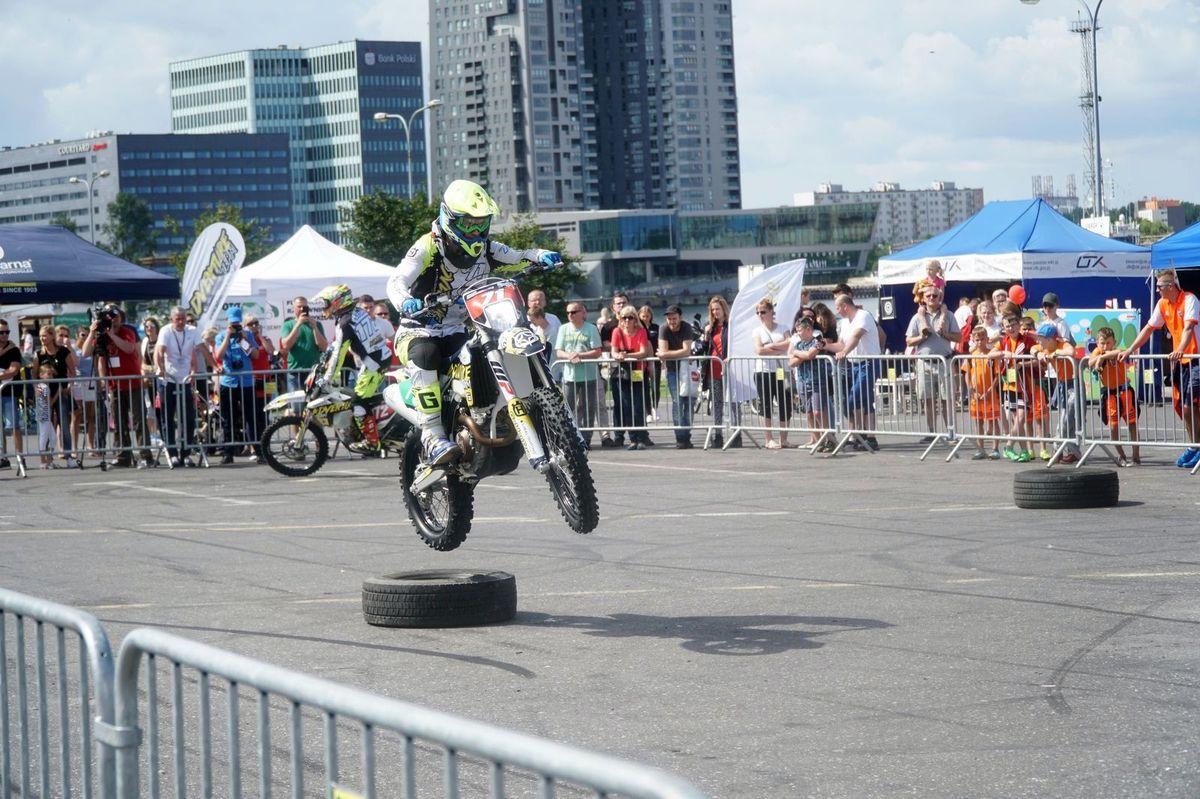 Próbny egzamin na prawo jazdy, symulator dachowania i alkogogle. Moto Safety Day w Gdyni