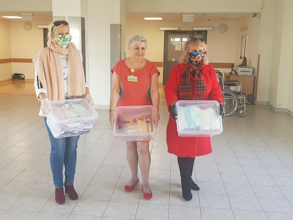 Danuta Wawrowska (pierwsza z prawej) przekazuje maseczki do słupskiego szpitala. Fot. Wojewódzki Szpital Specjalistyczny w Słupsku