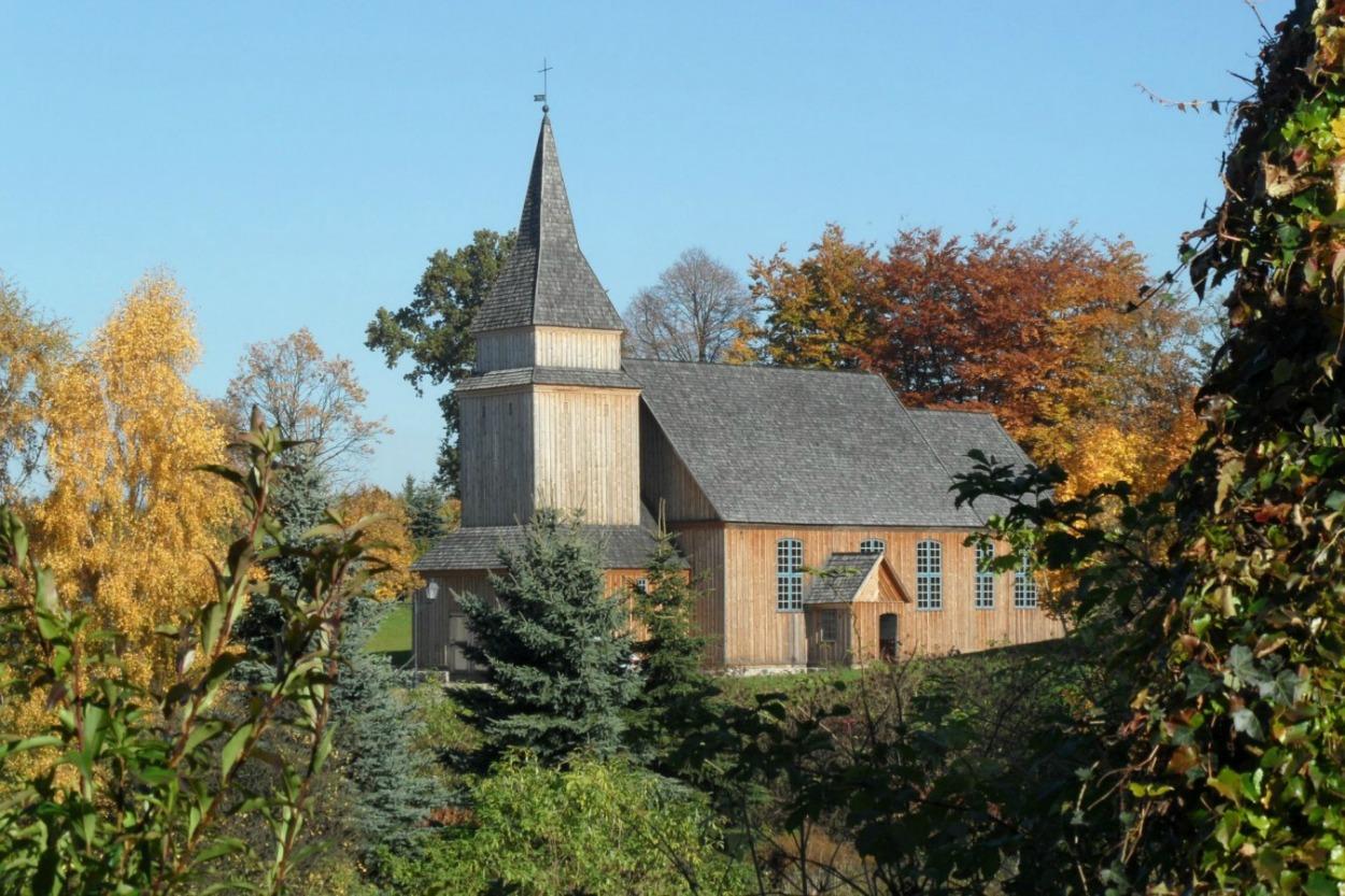 Drewniany zabytkowy kościół w Sierakowicach