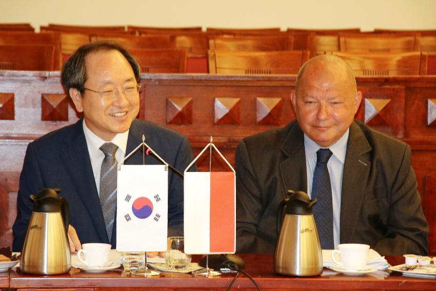 Wicemarszałek wojeówdztwa pomorskiego Wiesław Byczkowski i gubernator regionu Gyeonsangnam-do Ryu Soonhyun