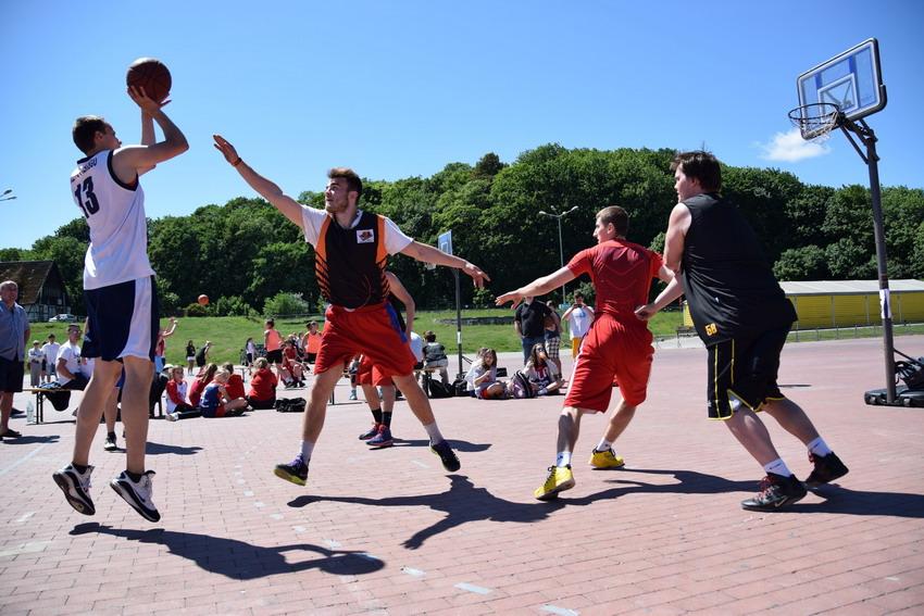 Koszykówka uliczna  staruje na placu Zebrań Ludowych w Gdańsku. Czekają atrakcyjne nagrody