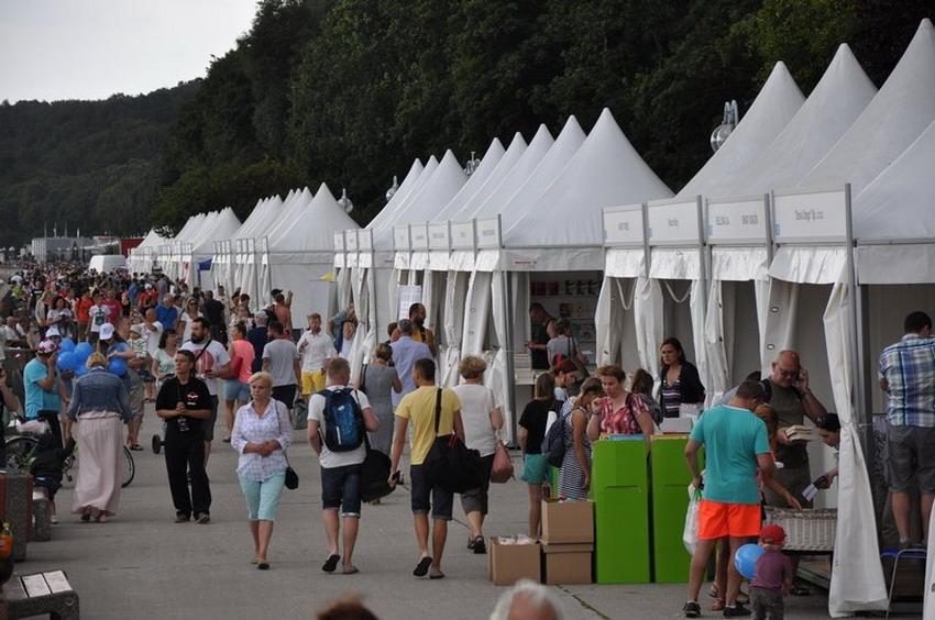 Spotkasz znane osoby oraz kupisz książki po promocyjnych cenach. Weekend w Gdyni pod znakiem pleneru czytelniczego