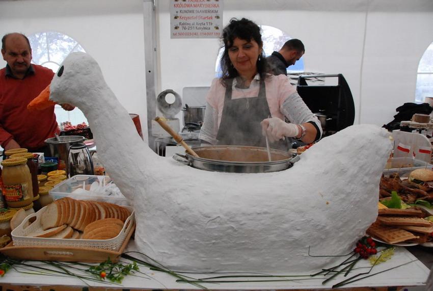 Kobieta ma zupę w garze, który jest umieszczony w sztucznej gęsi