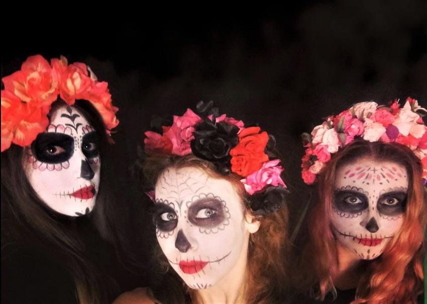 Czaszka na twarzy na Halloween? Dlaczego, nie! Profesjonalny makijaż tylko w 20 minut