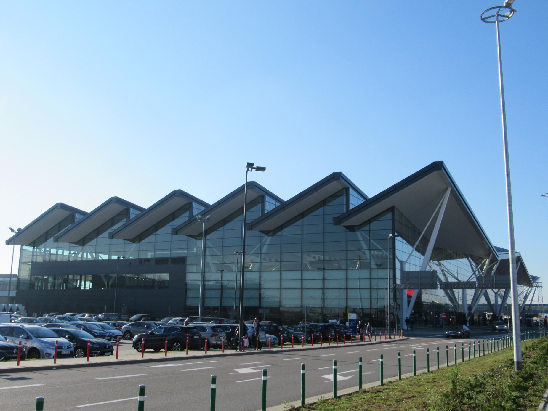 Prawie 2,5 mln pasażerów. Gdańskie lotnisko na drugim miejscu w Polsce. A co z punktualnością?