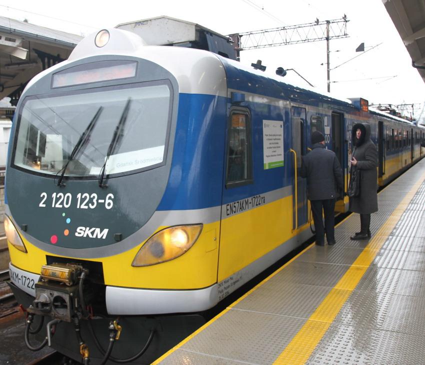 Na peronach SKM bezpieczniej i wygodniej. Monitoring i informacja pasażerska