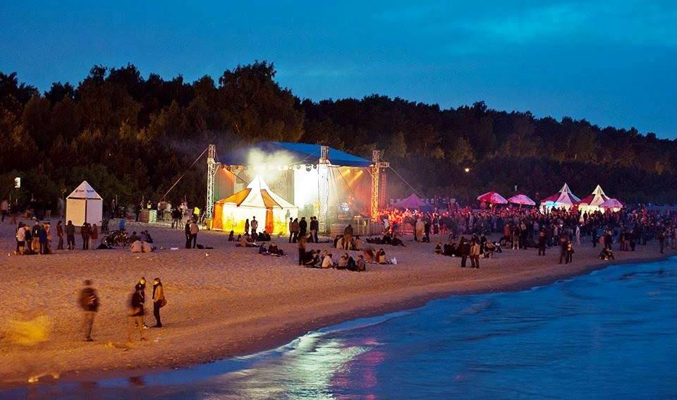 3 sceny, 32 wykonawców, plaża, morze, koc i… Festiwal polskiej muzyki niezależnej w Gdańsku