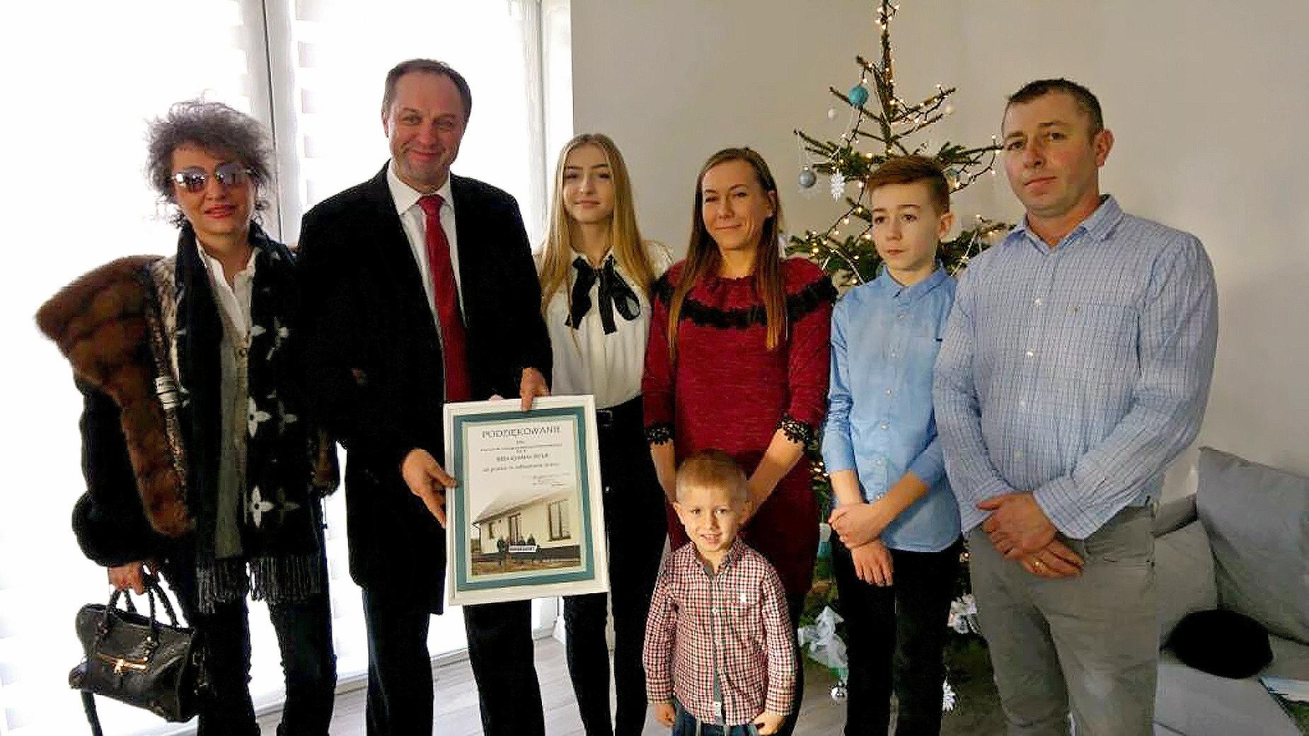 Rodzina Gostomskich, której pomógł biznesmen z Pomorza, święta spędzi w nowym domu. Wiele osób nadal czeka na obiecaną pomoc rządową