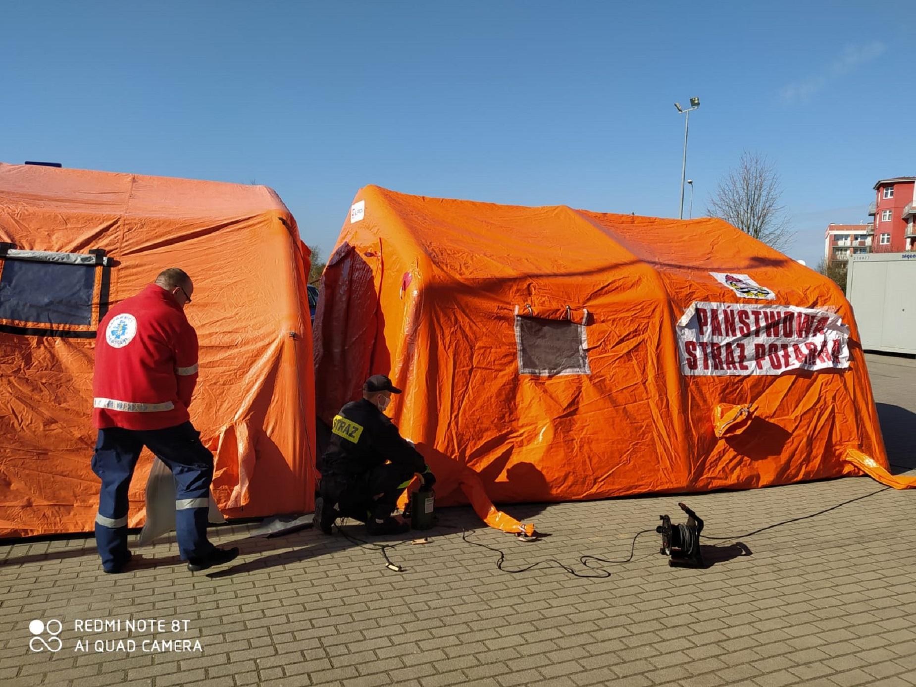 Namioty do triażu stanęły przed słupskim szpitalem, a pomogła w tym Straż Pożarna. Są też kontenery do izolacji chorych