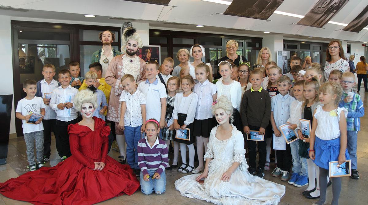 Operowa edukacja na wesoło. Najsłynniejsze arie i choreografie zobaczyło ponad 200 uczniów z całego województwa [GALERIA]