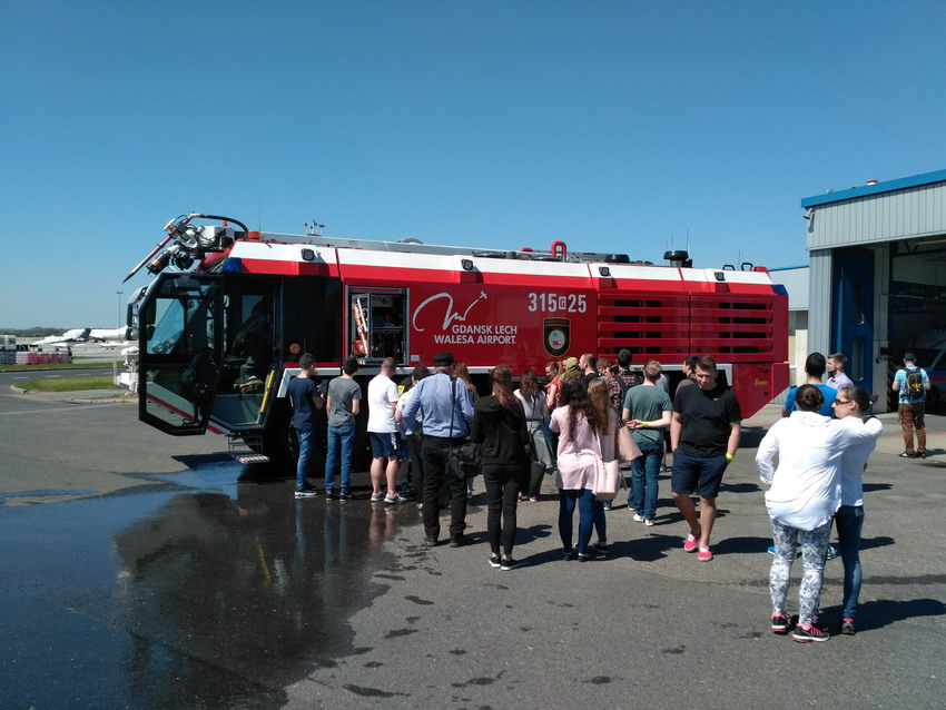 Odkrywali niedostępne zakamarki portu lotniczego. Dni Otwarte Funduszy Europejskich na lotnisku w Gdańsku
