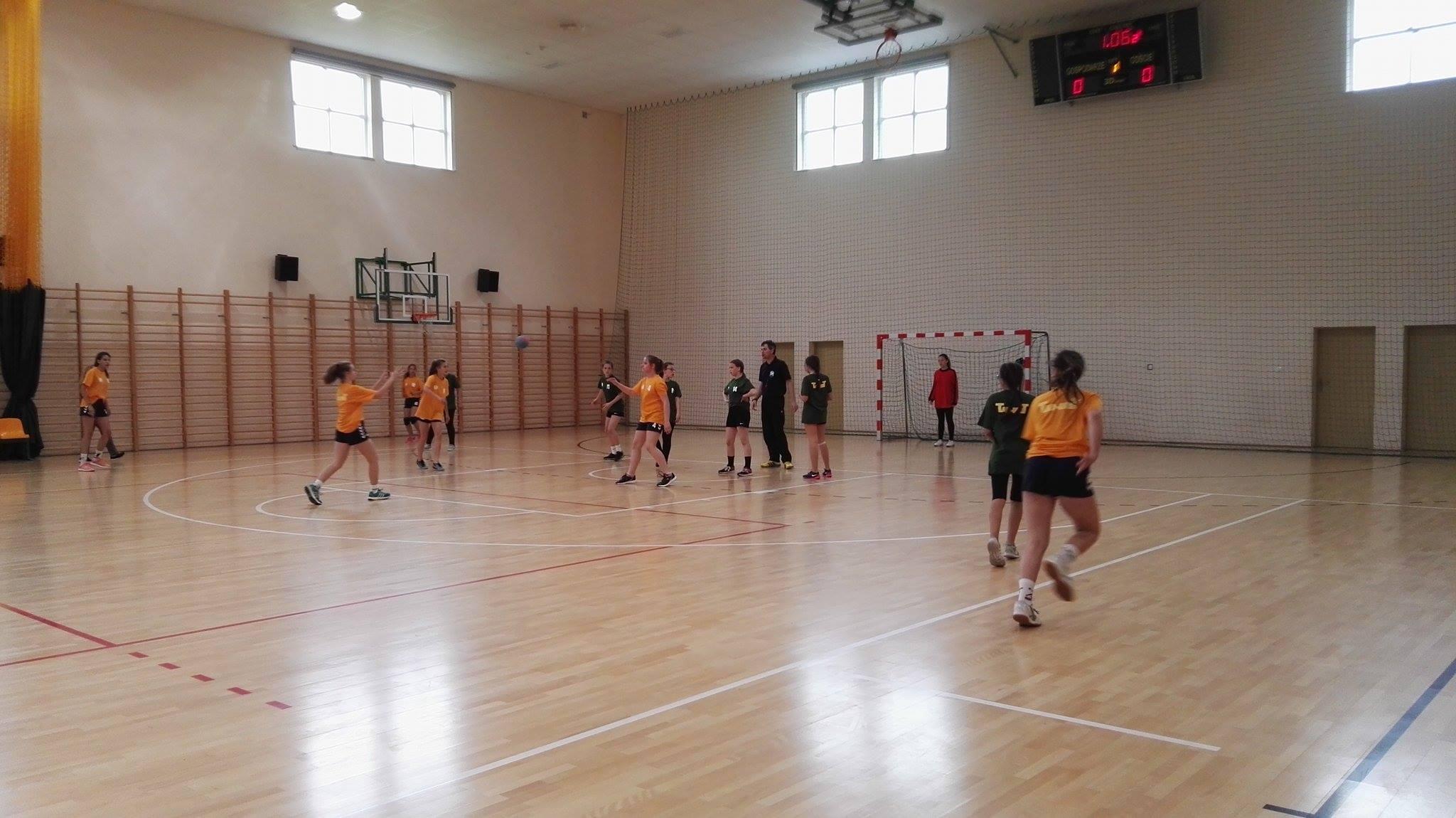 Całe Pomorze gra w piłkę ręczną. Finał rywalizacji młodych zawodniczek w Nowej Karczmie