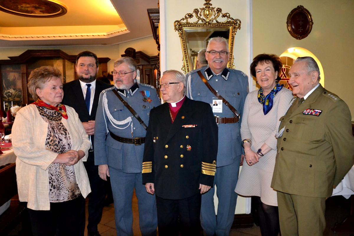 Spotkanie wigilijne dla kombatantów. Uroczysta kolacja, kolędy, opłatek i najlepsze życzenia