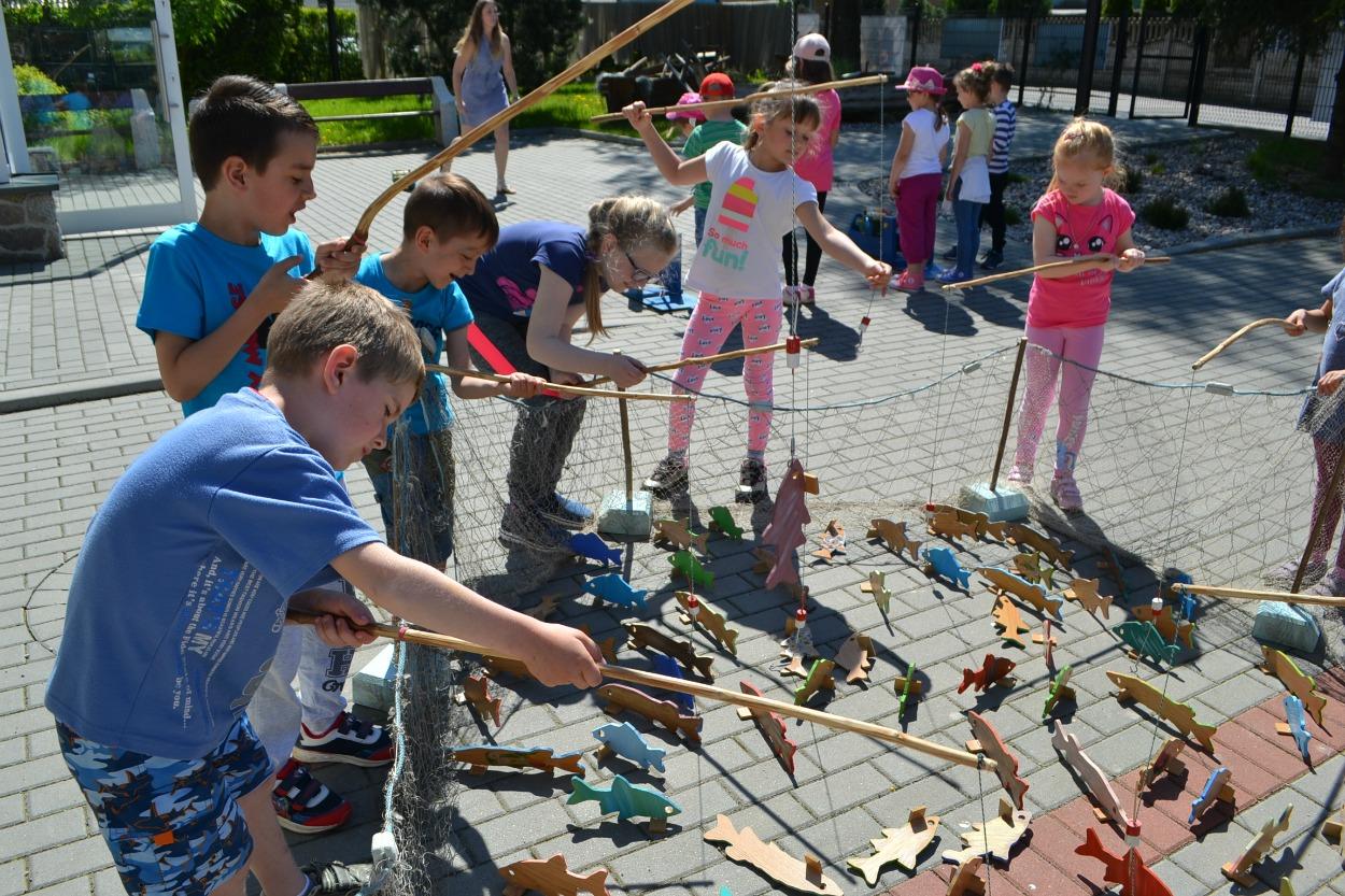 Dzieciaki zachwycone rybackimi atrakcjami w ramach Dni Otwartych Funduszy Europejskich w Chmielnie [GALERIA]