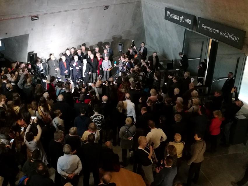 Tłumy zwiedzających przed wejściem na wystawę stałą. Fot. Marcin Szumny