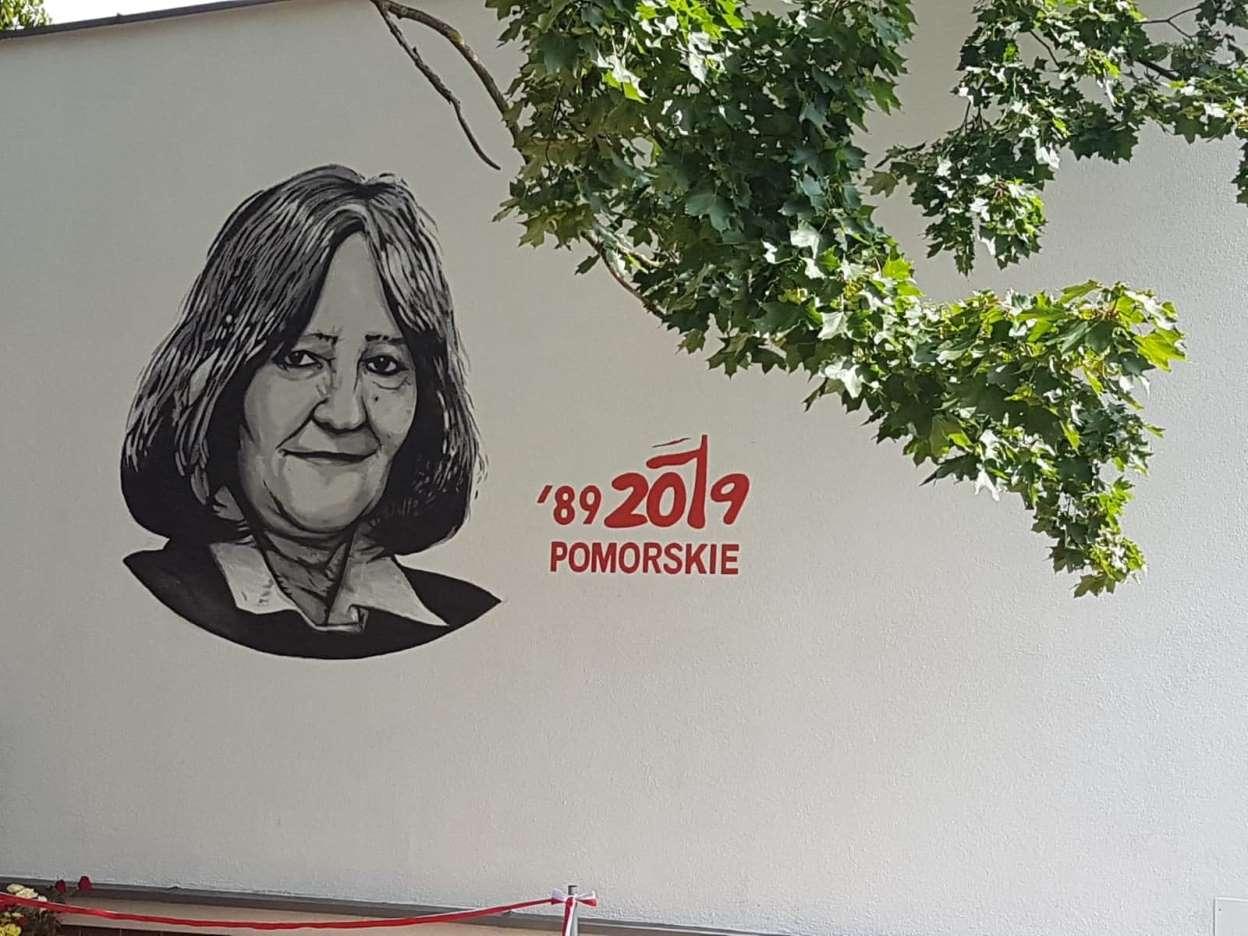 W Słupsku pojawił się nowy mural. Przedstawia jedną z bohaterek Solidarności
