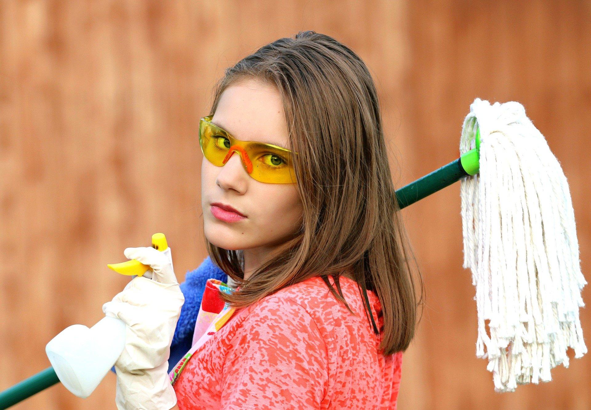 Mieszkanie po chorobie Covid-19 trzeba dokładnie wysprzątać. Podpowiadamy, jak to zrobić