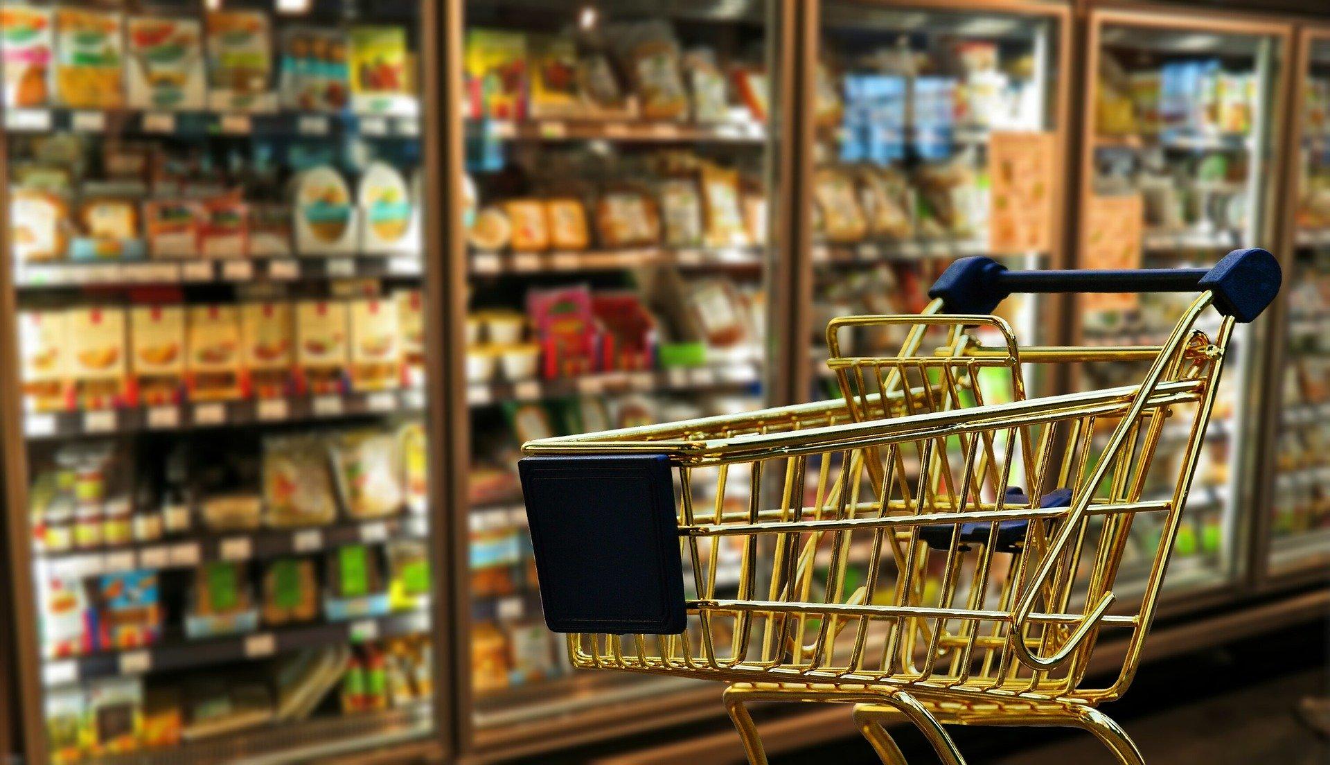 Nie powinniśmy wychodzić z domów, ale jeść musimy. Jak bezpiecznie robić zakupy w czasie epidemii?